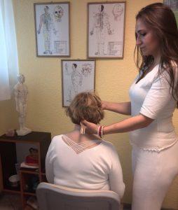 Katarzyna Urbaniak wykonuje nail taping.